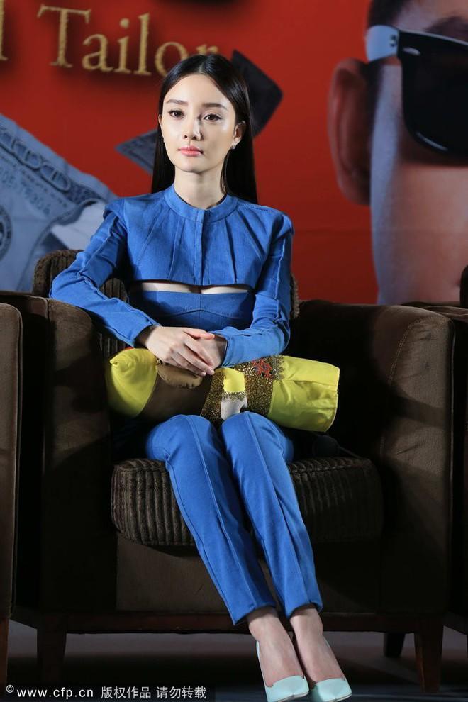 Sự thật đằng sau bức ảnh Lý Tiểu Lộ ăn mặc phản cảm, xuất hiện xinh đẹp sau scandal ngoại tình - Ảnh 3.