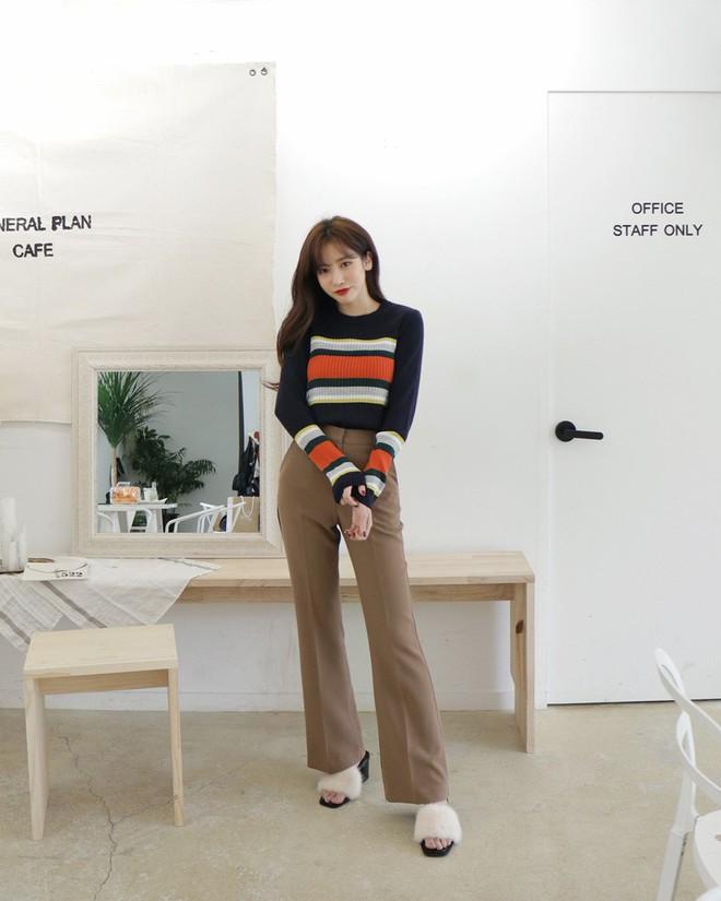 Áo len kẻ nhiều màu đang hot và đây là 3 kiểu quần rất ăn ý để kết hợp cùng - Ảnh 12.