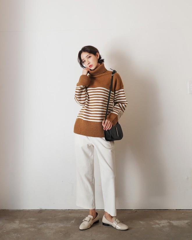 Áo len kẻ nhiều màu đang hot và đây là 3 kiểu quần rất ăn ý để kết hợp cùng - Ảnh 8.