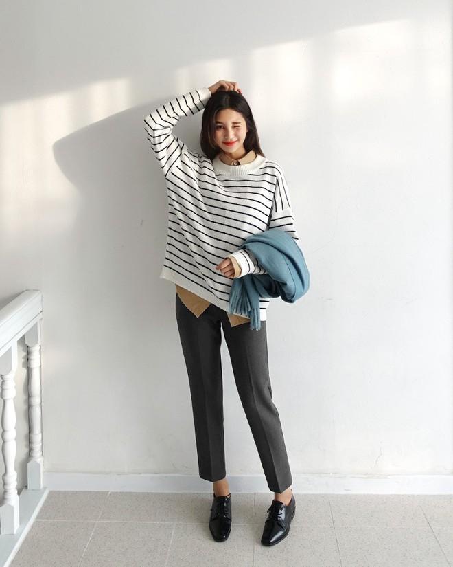 Áo len kẻ nhiều màu đang hot và đây là 3 kiểu quần rất ăn ý để kết hợp cùng - Ảnh 9.