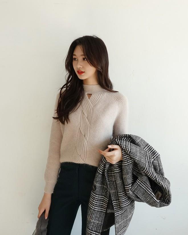 Nếu sợ áo len trơn màu nhàm chán, đã có loạt áo len họa tiết cứu giúp bạn đây - Ảnh 14.