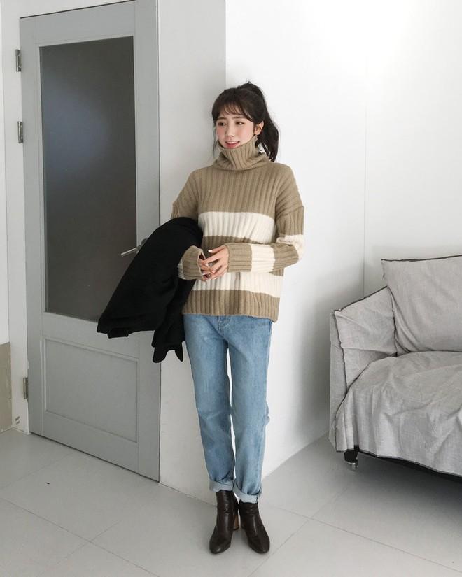 Áo len kẻ nhiều màu đang hot và đây là 3 kiểu quần rất ăn ý để kết hợp cùng - Ảnh 2.