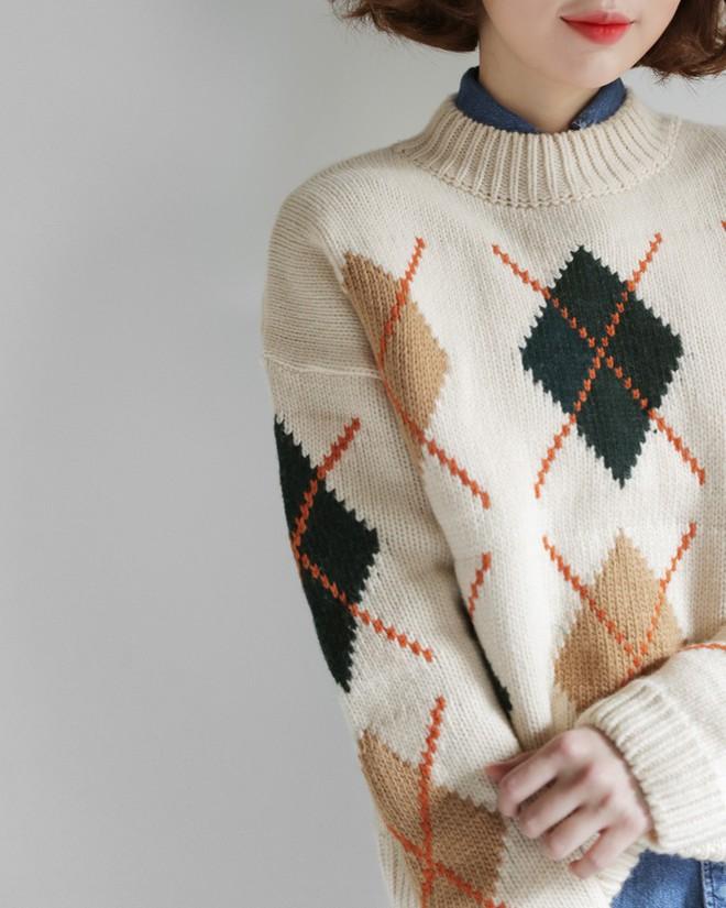 Nếu sợ áo len trơn màu nhàm chán, đã có loạt áo len họa tiết cứu giúp bạn đây - Ảnh 12.
