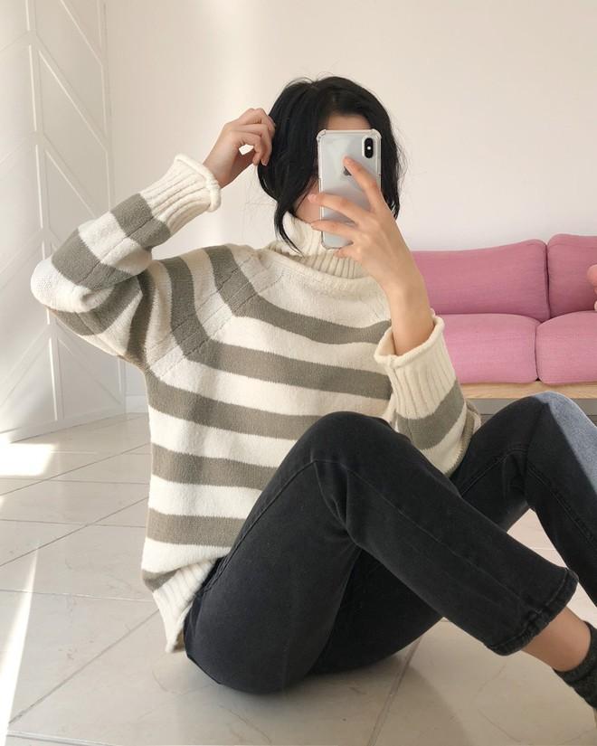 Áo len kẻ nhiều màu đang hot và đây là 3 kiểu quần rất ăn ý để kết hợp cùng - Ảnh 3.
