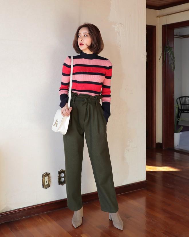 Áo len kẻ nhiều màu đang hot và đây là 3 kiểu quần rất ăn ý để kết hợp cùng - Ảnh 10.