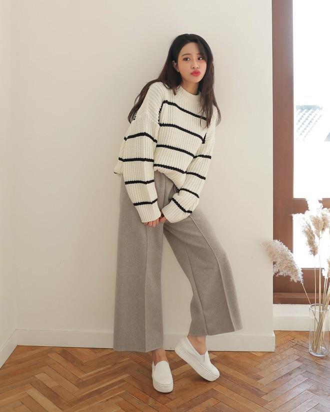 Áo len kẻ nhiều màu đang hot và đây là 3 kiểu quần rất ăn ý để kết hợp cùng - Ảnh 15.