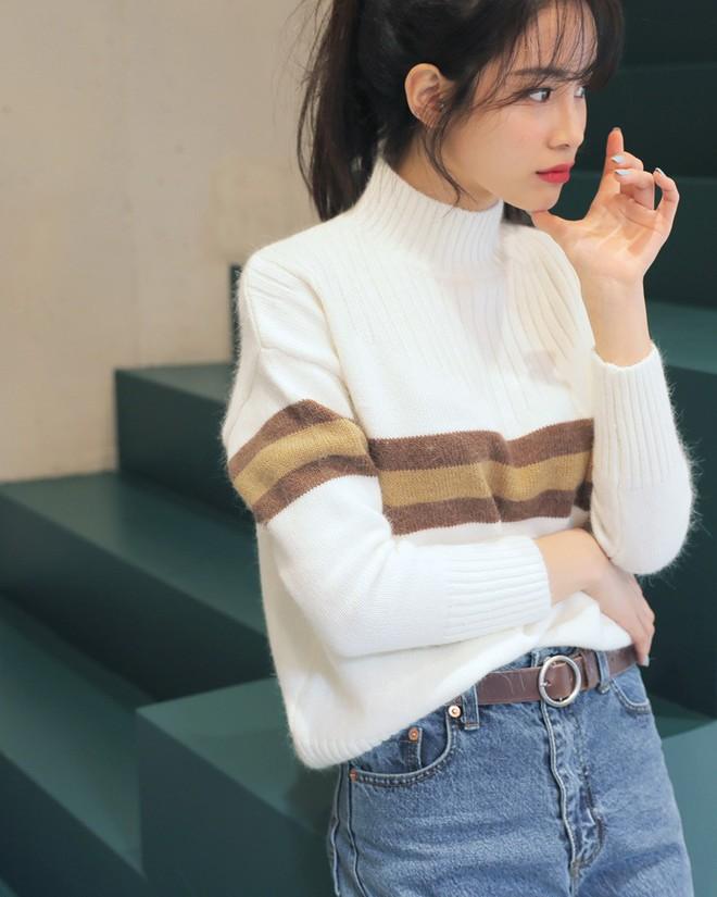 Áo len kẻ nhiều màu đang hot và đây là 3 kiểu quần rất ăn ý để kết hợp cùng - Ảnh 4.