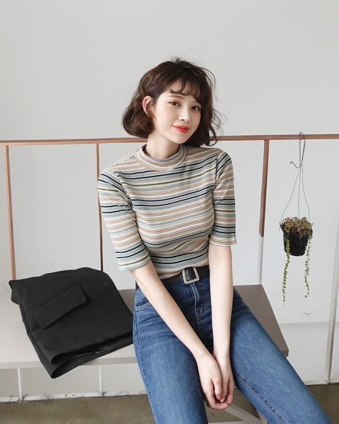 Áo len kẻ nhiều màu đang hot và đây là 3 kiểu quần rất ăn ý để kết hợp cùng - Ảnh 6.