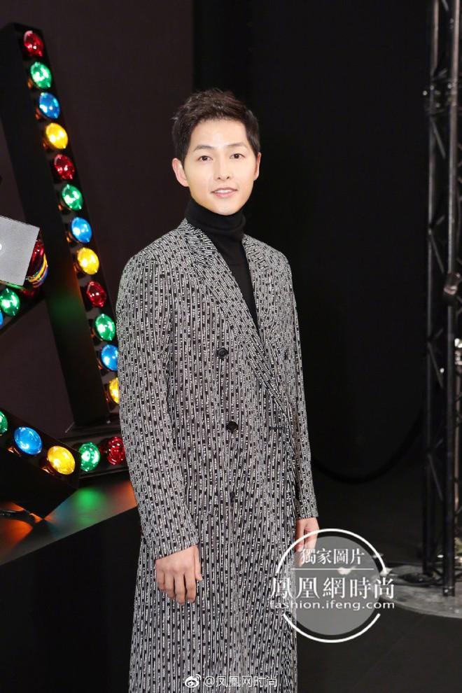 Lâu lắm mới thấy xuất hiện, Song Joong Ki lại khiến người ta trầm trồ vì diện đồ còn đẹp hơn người mẫu tại show Dior - Ảnh 1.