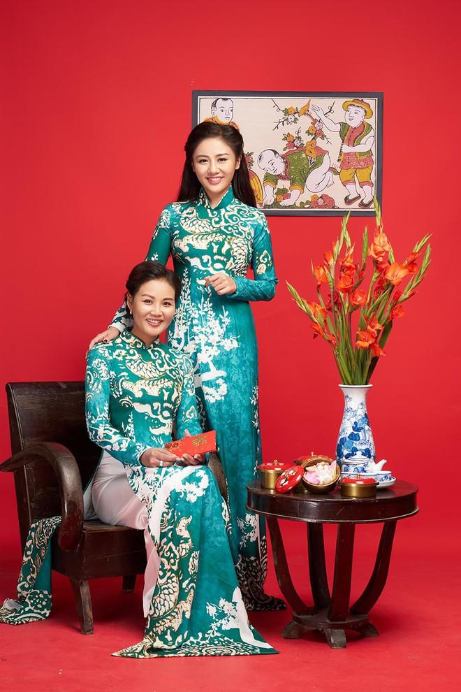 Diện áo dài đỏ rực, Văn Mai Hương khoe mẹ ruột trẻ trung, xinh đẹp - Ảnh 6.