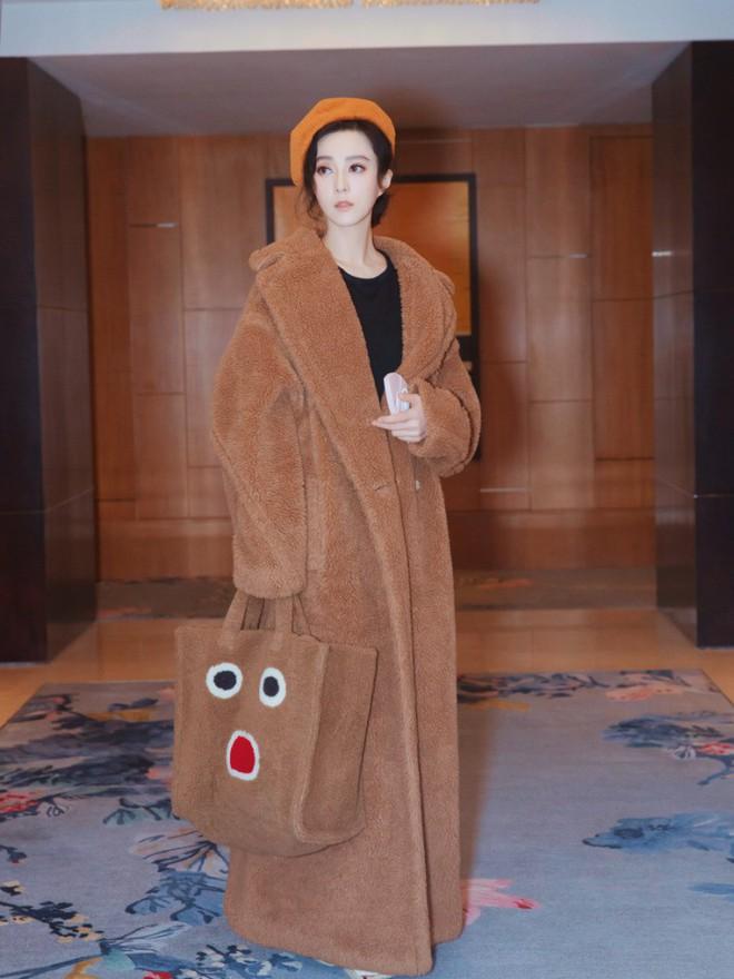 Đẳng cấp của Phạm Băng Băng: diện áo to sụ dài chấm gót, xách túi lông hoạt hình mà vẫn sang chảnh ngút trời - Ảnh 1.