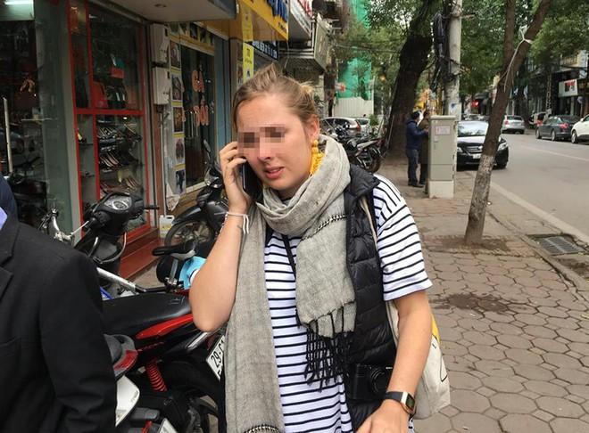 Hà Nội: Nữ du khách ngoại quốc xinh đẹp hốt hoảng để quên hành lý trên taxi