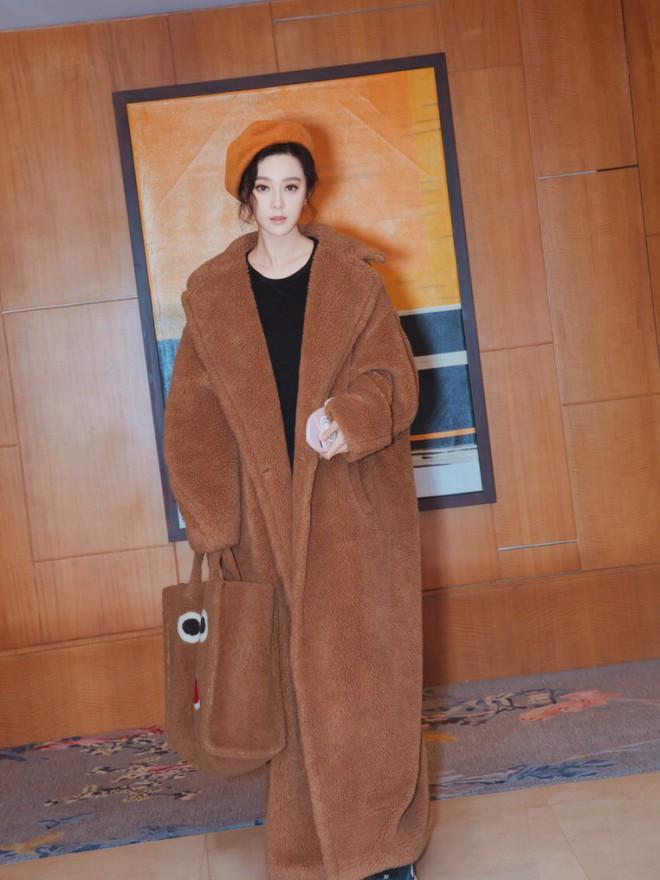 Đẳng cấp của Phạm Băng Băng: diện áo to sụ dài chấm gót, xách túi lông hoạt hình mà vẫn sang chảnh ngút trời - Ảnh 2.