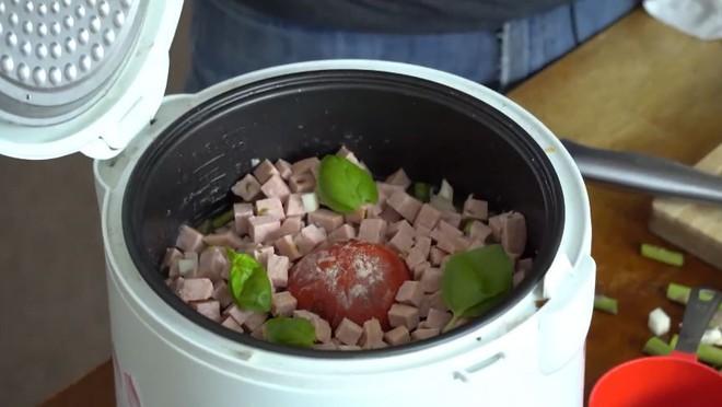 Chàng trai bảo mọi người cho cả quả cà chua vào nồi cơm điện như mình, ai làm theo cũng khen nức nở - Ảnh 5.