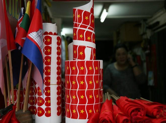 Hà Nội: Người dân ùn ùn kéo đi mua cờ hoa trước trận bóng lịch sử của U23 Việt Nam - Ảnh 10.