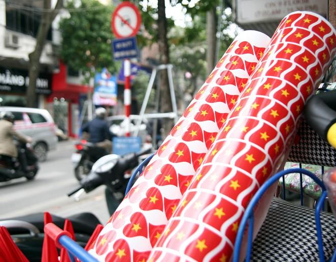 Hà Nội: Người dân ùn ùn kéo đi mua cờ hoa trước trận bóng lịch sử của U23 Việt Nam - Ảnh 11.