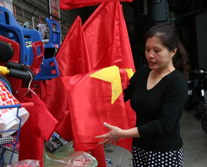 Hà Nội: Người dân ùn ùn kéo đi mua cờ hoa trước trận bóng lịch sử của U23 Việt Nam - Ảnh 1.