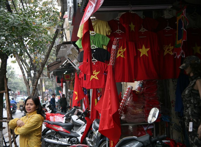 Hà Nội: Người dân ùn ùn kéo đi mua cờ hoa trước trận bóng lịch sử của U23 Việt Nam - Ảnh 12.