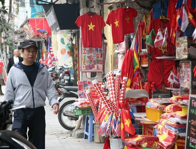 Hà Nội: Người dân ùn ùn kéo đi mua cờ hoa trước trận bóng lịch sử của U23 Việt Nam - Ảnh 13.