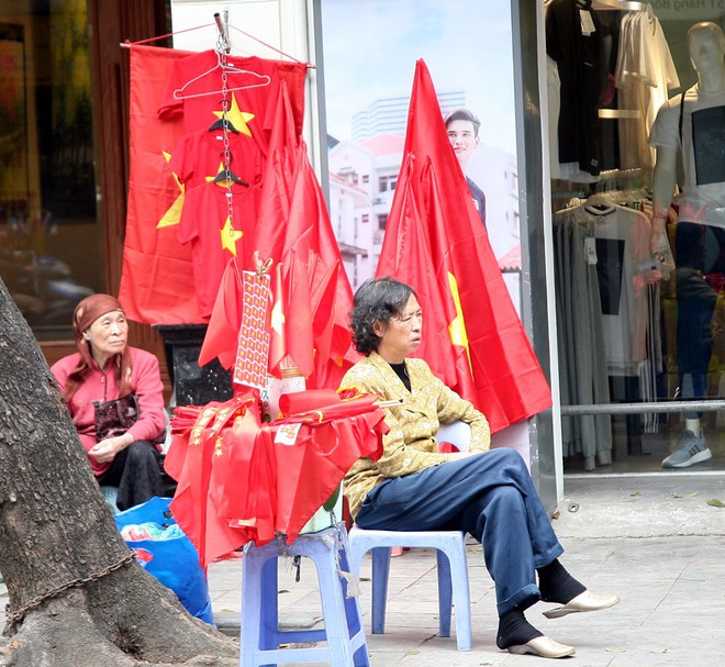 Hà Nội: Người dân ùn ùn kéo đi mua cờ hoa trước trận bóng lịch sử của U23 Việt Nam - Ảnh 14.