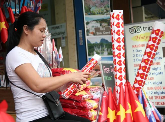 Hà Nội: Người dân ùn ùn kéo đi mua cờ hoa trước trận bóng lịch sử của U23 Việt Nam - Ảnh 2.