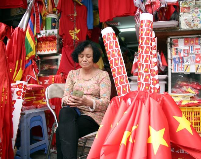 Hà Nội: Người dân ùn ùn kéo đi mua cờ hoa trước trận bóng lịch sử của U23 Việt Nam - Ảnh 15.