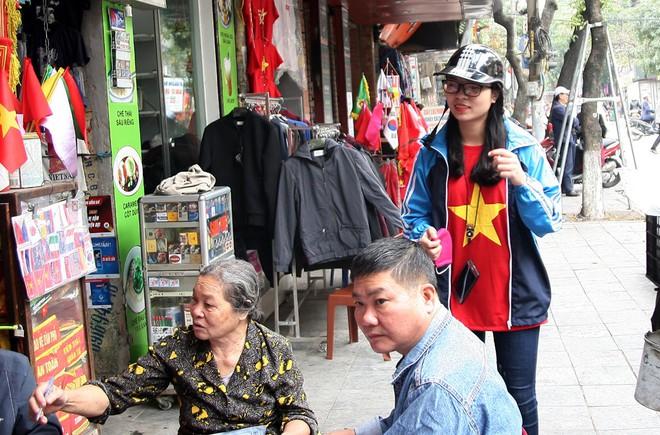 Hà Nội: Người dân ùn ùn kéo đi mua cờ hoa trước trận bóng lịch sử của U23 Việt Nam - Ảnh 16.