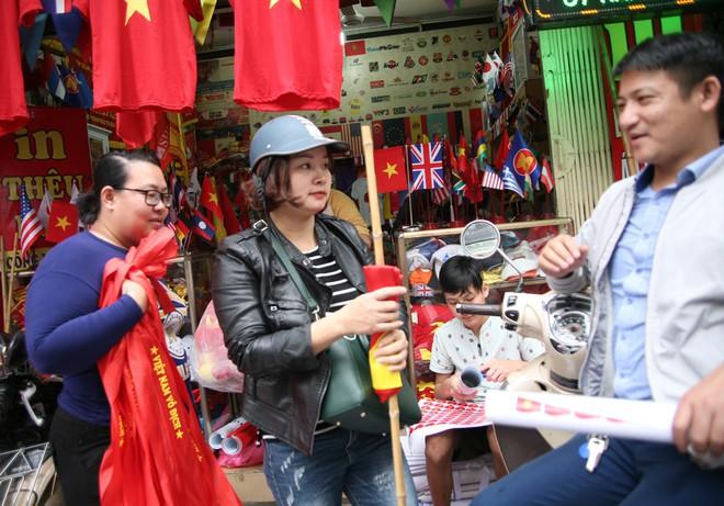 Hà Nội: Người dân ùn ùn kéo đi mua cờ hoa trước trận bóng lịch sử của U23 Việt Nam - Ảnh 3.