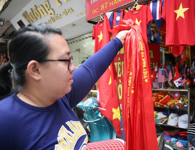 Hà Nội: Người dân ùn ùn kéo đi mua cờ hoa trước trận bóng lịch sử của U23 Việt Nam - Ảnh 4.