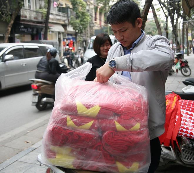 Hà Nội: Người dân ùn ùn kéo đi mua cờ hoa trước trận bóng lịch sử của U23 Việt Nam - Ảnh 5.
