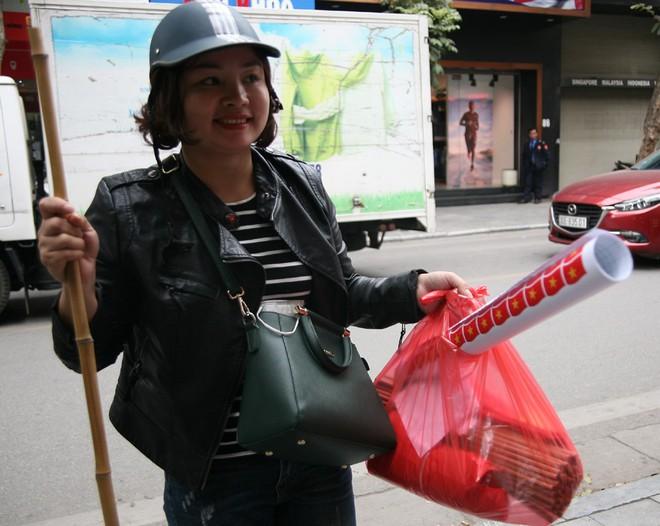 Hà Nội: Người dân ùn ùn kéo đi mua cờ hoa trước trận bóng lịch sử của U23 Việt Nam - Ảnh 6.