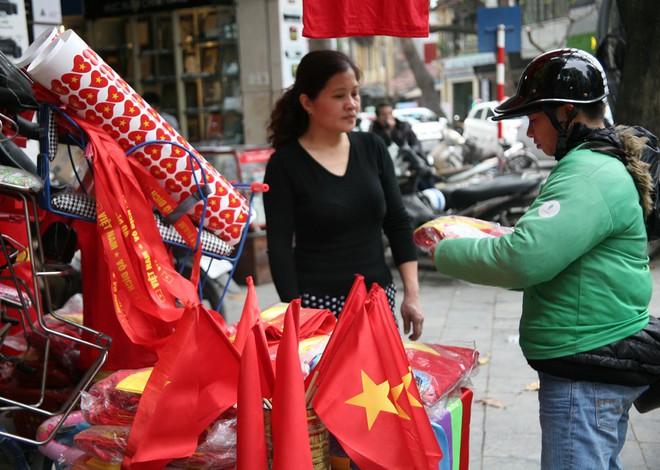 Hà Nội: Người dân ùn ùn kéo đi mua cờ hoa trước trận bóng lịch sử của U23 Việt Nam - Ảnh 8.