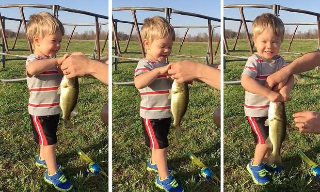 Đưa con đi câu cá, người bố đã có hành động rất thông minh khi dạy con tự lập - Ảnh 2.
