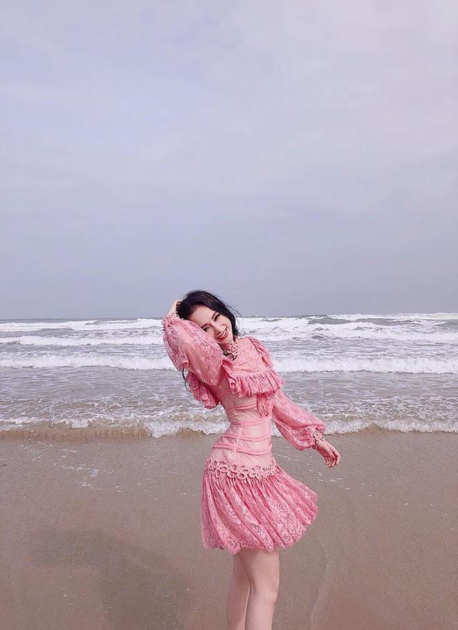 Angela Phương Trinh mải mê khoe dáng mà không biết rằng đang diện váy quê nhất street style sao Việt tuần này - Ảnh 7.