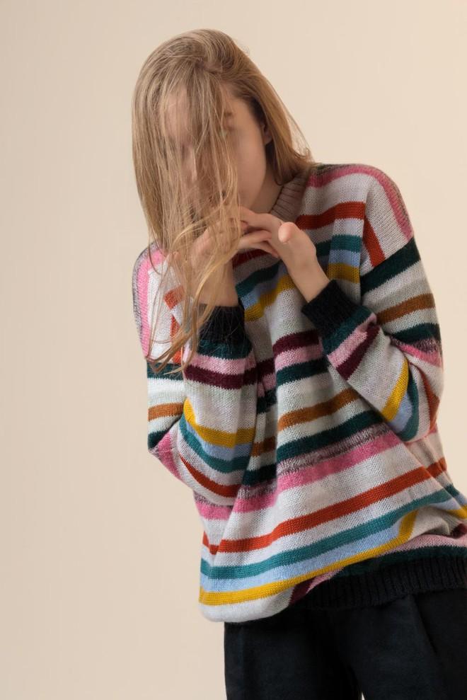 Khắp các thương hiệu thời trang, từ bình dân đến cao cấp đều đăng lăng xê kiểu áo len màu sắc này  - Ảnh 4.