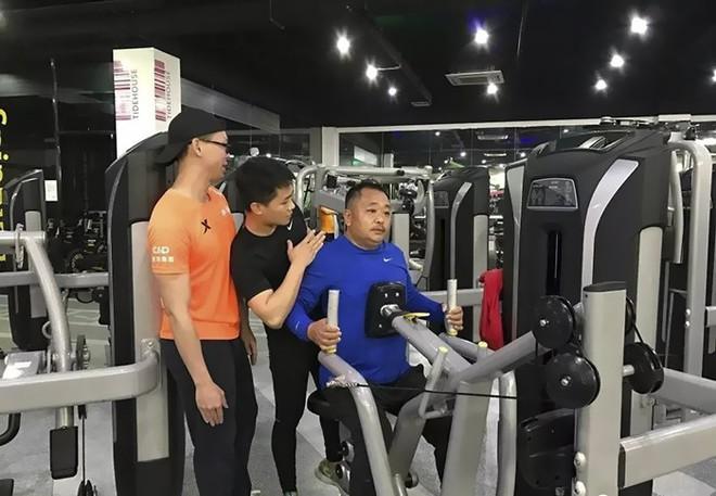 Khổ sở vì béo bụng, thừa cân, cả gia đình rủ nhau tập luyện, kết quả 6 tháng sau khiến vạn người mơ ước - Ảnh 6.