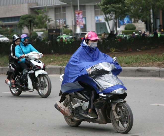 Hà Nội: Gió thổi mạnh, nhiều người đi xe máy chao đảo khi qua cầu vượt, tòa nhà cao tầng 1