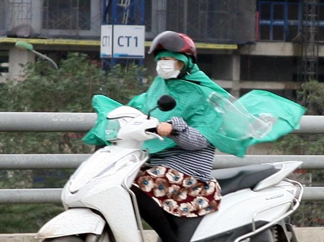 Hà Nội: Gió thổi mạnh, nhiều người đi xe máy chao đảo khi qua cầu vượt, tòa nhà cao tầng 2