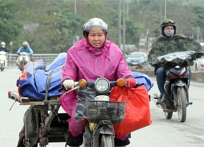 Hà Nội: Gió thổi mạnh, nhiều người đi xe máy chao đảo khi qua cầu vượt, tòa nhà cao tầng 3