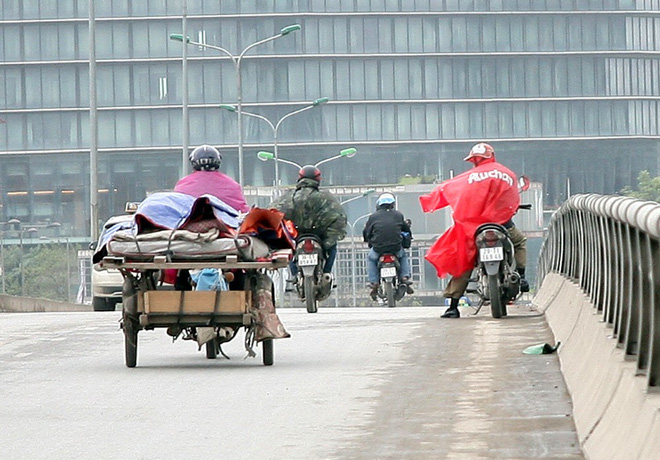 Hà Nội: Gió thổi mạnh, nhiều người đi xe máy chao đảo khi qua cầu vượt, tòa nhà cao tầng 4