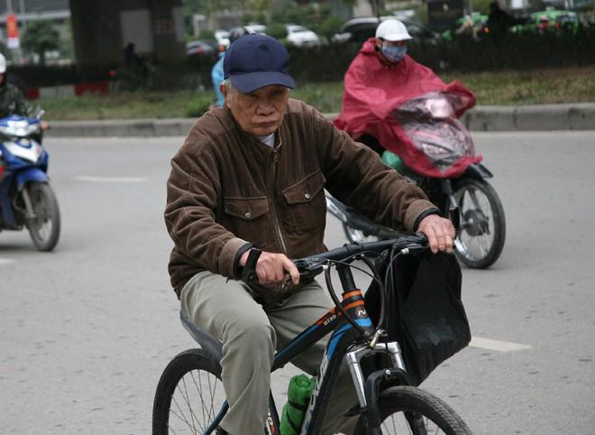 Hà Nội: Gió thổi mạnh, nhiều người đi xe máy chao đảo khi qua cầu vượt, tòa nhà cao tầng 5