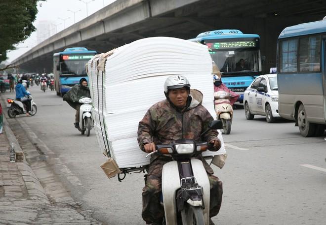 Hà Nội: Gió thổi mạnh, nhiều người đi xe máy chao đảo khi qua cầu vượt, tòa nhà cao tầng 7