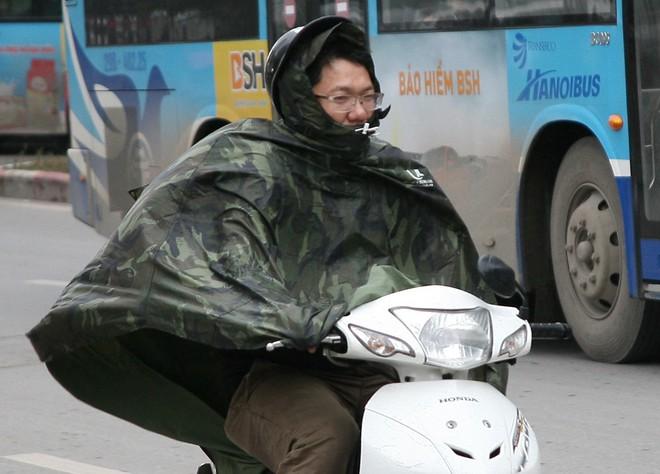Hà Nội: Gió thổi mạnh, nhiều người đi xe máy chao đảo khi qua cầu vượt, tòa nhà cao tầng 8