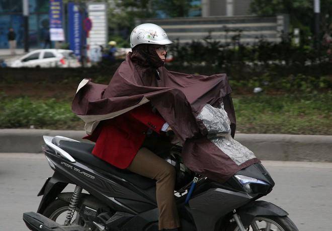 Hà Nội: Gió thổi mạnh, nhiều người đi xe máy chao đảo khi qua cầu vượt, tòa nhà cao tầng 9