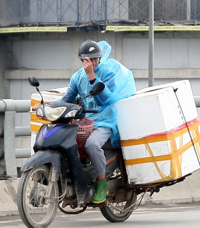 Hà Nội: Gió thổi mạnh, nhiều người đi xe máy chao đảo khi qua cầu vượt, tòa nhà cao tầng 10