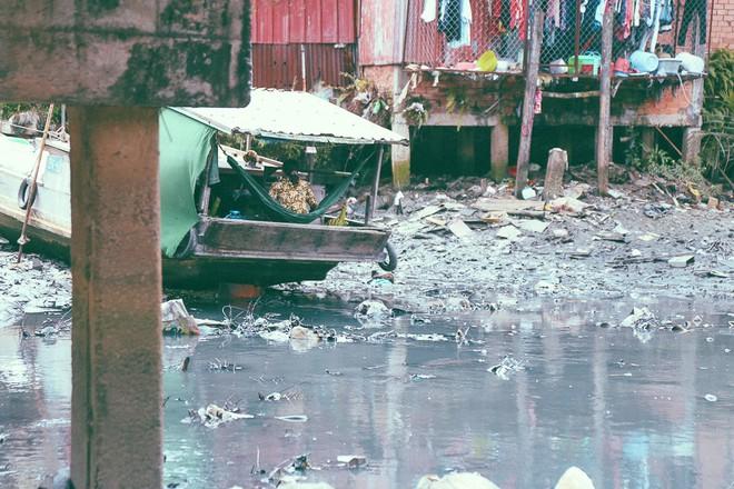 Cuộc sống ngập ngụa mùi rác bên cạnh con rạch ô nhiễm nhất Sài Gòn - Ảnh 5.