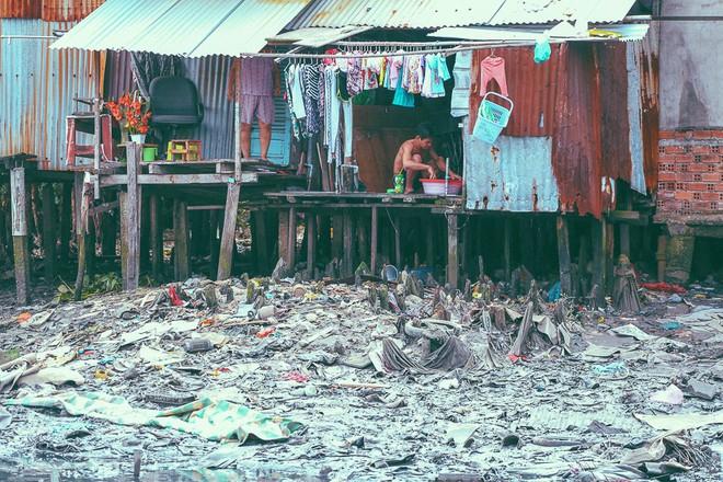 Cuộc sống ngập ngụa mùi rác bên cạnh con rạch ô nhiễm nhất Sài Gòn - Ảnh 6.