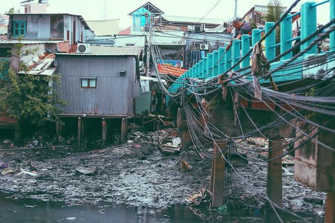 Cuộc sống ngập ngụa mùi rác bên cạnh con rạch ô nhiễm nhất Sài Gòn - Ảnh 8.