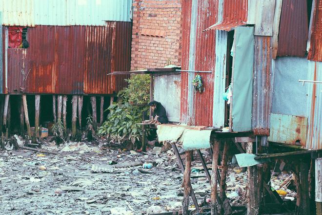 Cuộc sống ngập ngụa mùi rác bên cạnh con rạch ô nhiễm nhất Sài Gòn - Ảnh 9.