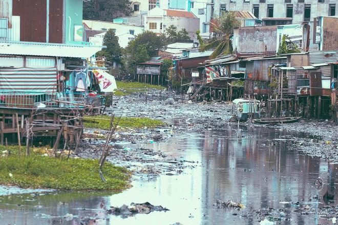 Cuộc sống ngập ngụa mùi rác bên cạnh con rạch ô nhiễm nhất Sài Gòn - Ảnh 3.